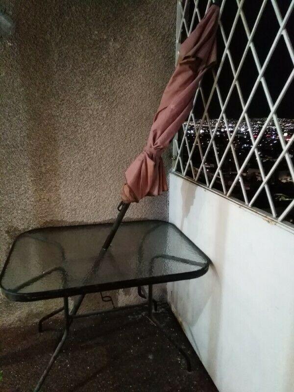 Mesa de jardín con sombrilla