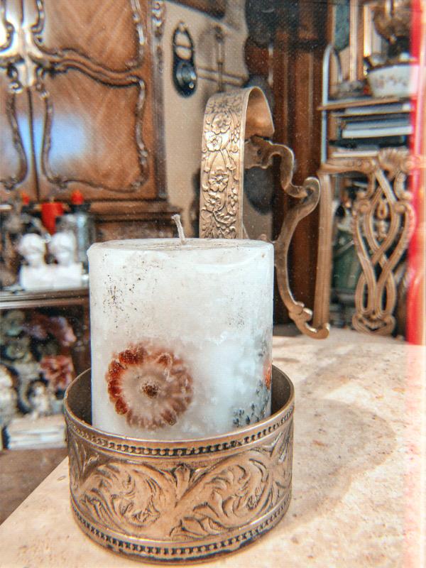Portavela fabricado en bronce con decorado al alto relieve