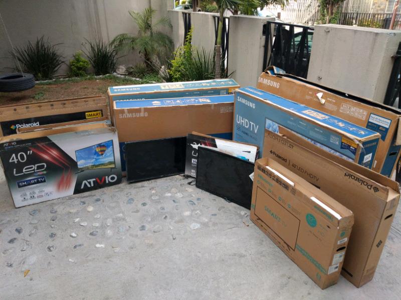2 lotes de 13 pantallas smart TV nuevas con detalle