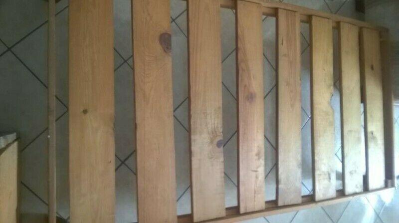 Bases de madera para colchón individual.