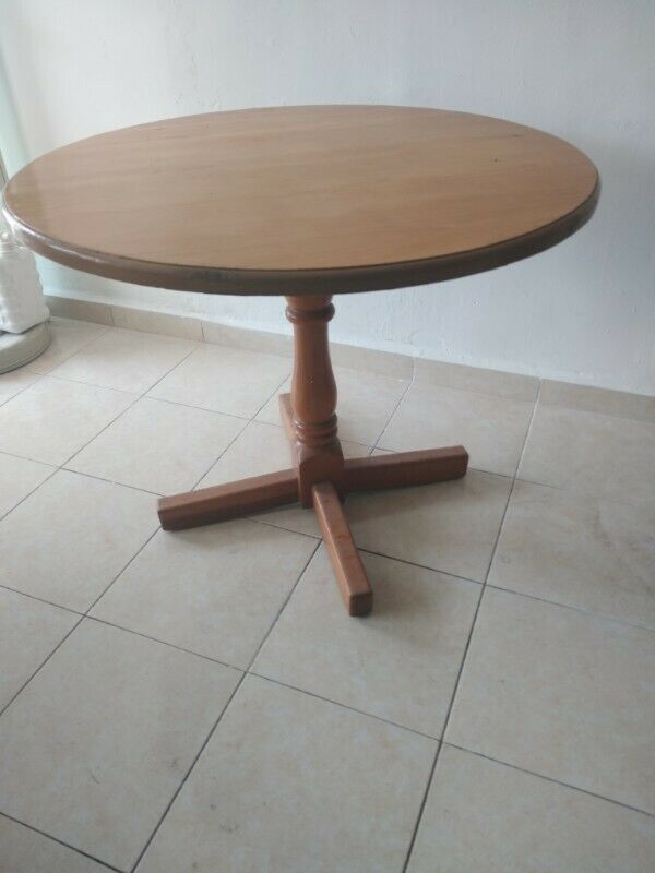 Mesa de madera sólida