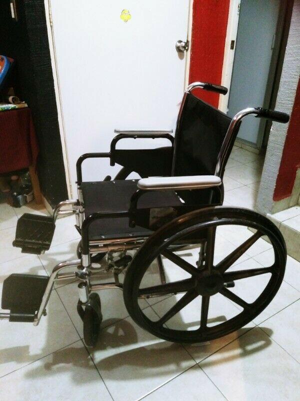 Silla de ruedas usada Marca Breezy. Buen estado general.