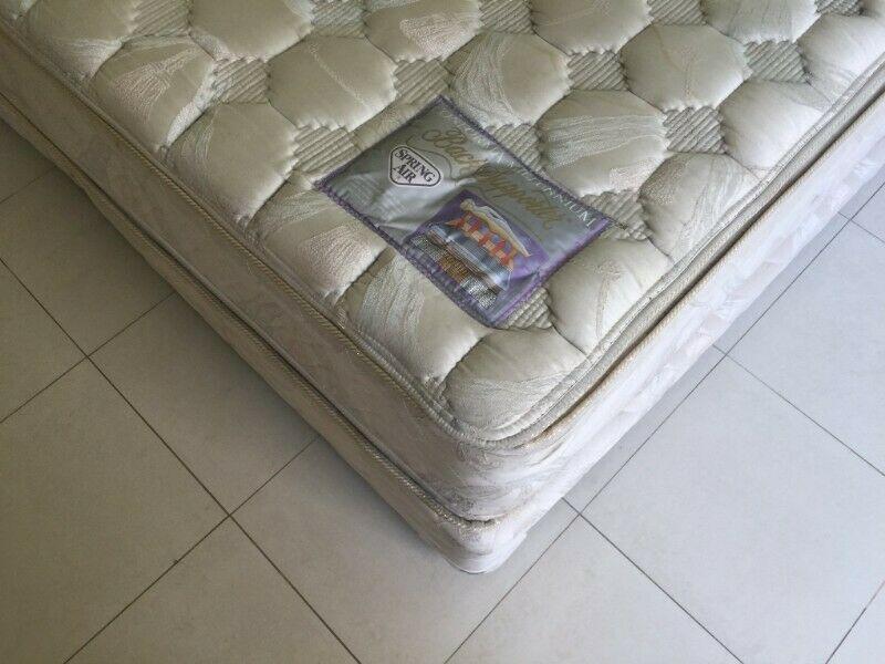 colchón usado en buenas condiciones tamaño king size marca
