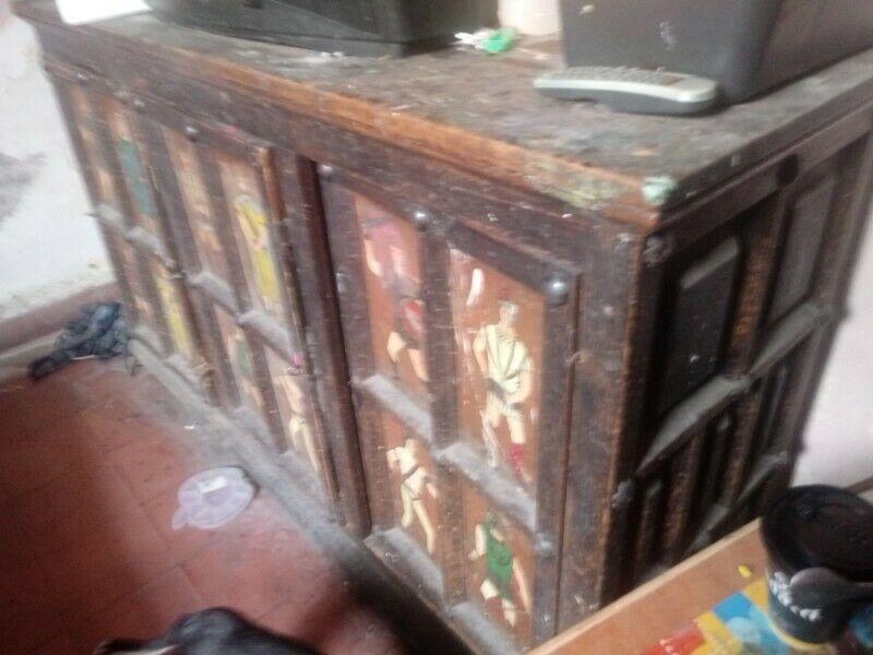 Muñequita de porcelana subasta mueble antiguo de principios