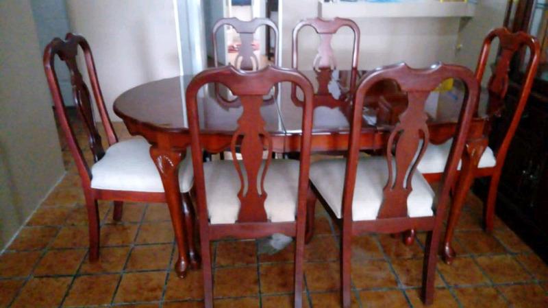 Comedor de Caoba con 6 sillas y vitrina