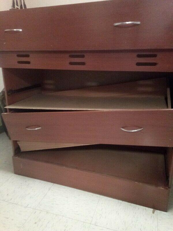 Regalo mueble sin reparar cajones