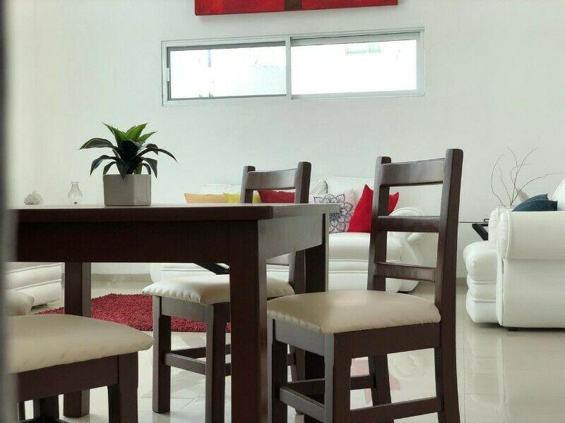 mesa con 4 sillas de madera