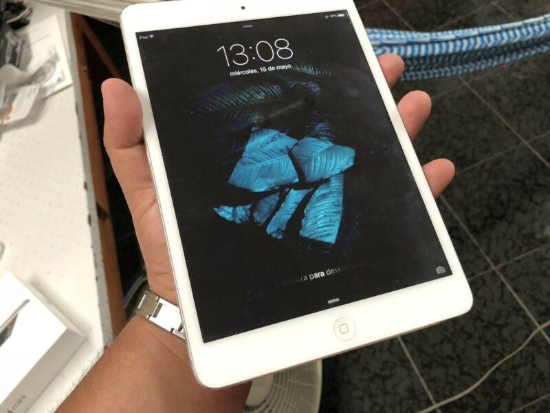 Apple iPad Mini 1 con caja y funda de uso rudo SURVIVOR