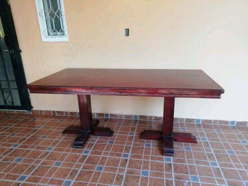 vendo mesa de comedor de madera pars 8 sillas