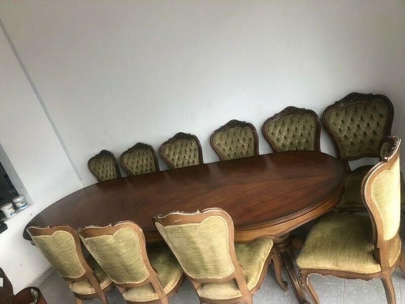 Venta Comedor con 12 sillas hecho de caoba y cedro, diseño