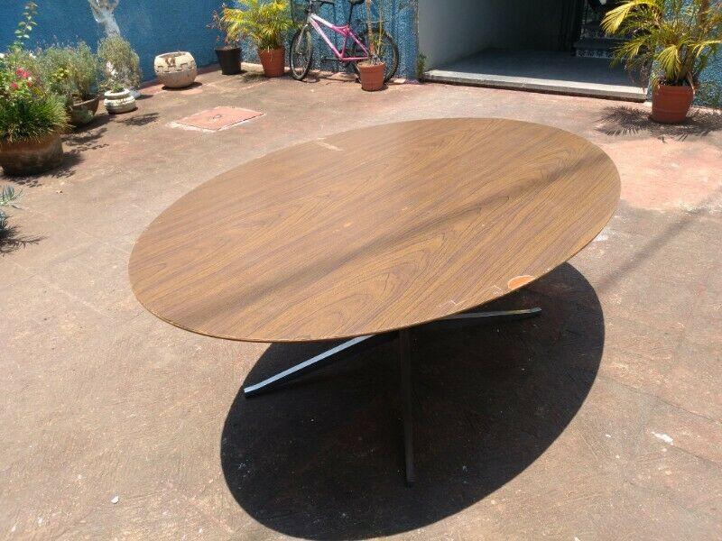 Mesa ovalada de madera sólida