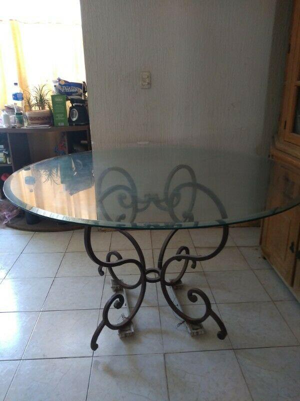 Mesa vidrio y base de fierro forjado