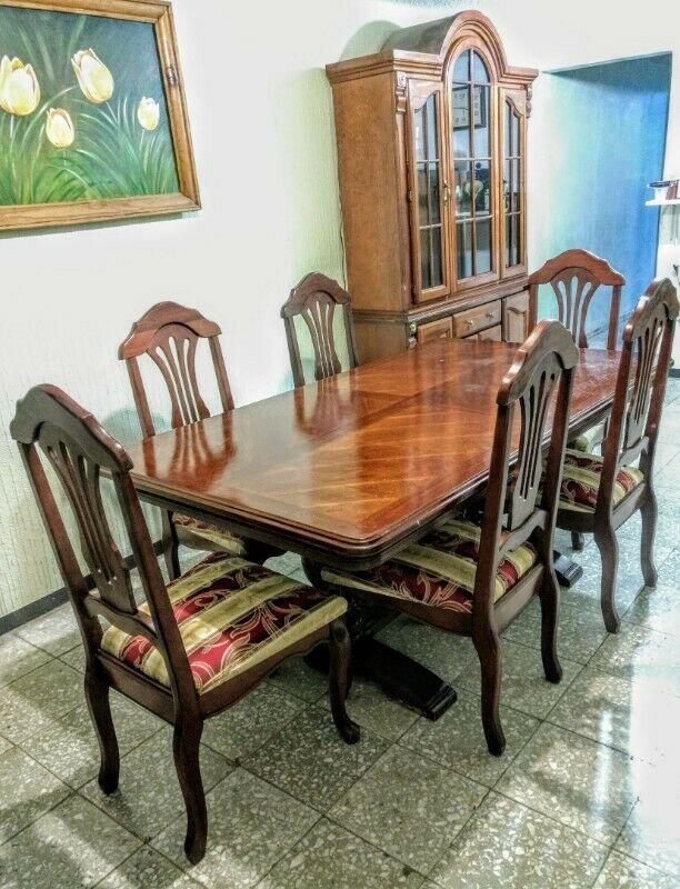 Comedor de 6 sillas, con trinchador; todo de madera.