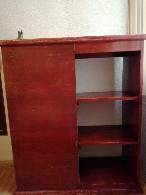 Mueble multiusos de buena madera color caoba con tres
