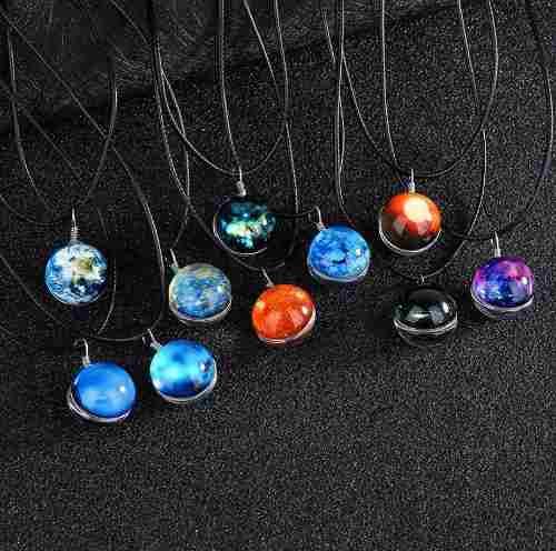 Collar Dije Planeta Galaxia Brilla Oscuridad Luminiscente