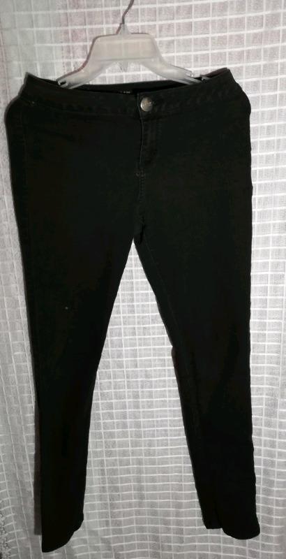 Pantalón negro marca Jeaníous company