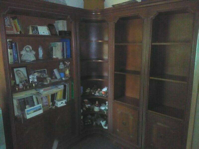 Librero muy buena madera y en muy buen estado y sillón