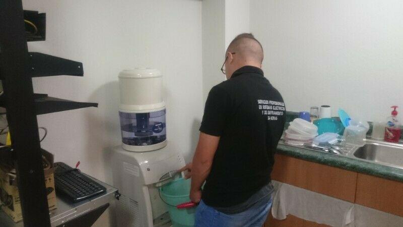 Dispensador de agua fría, caliente las 24 horas