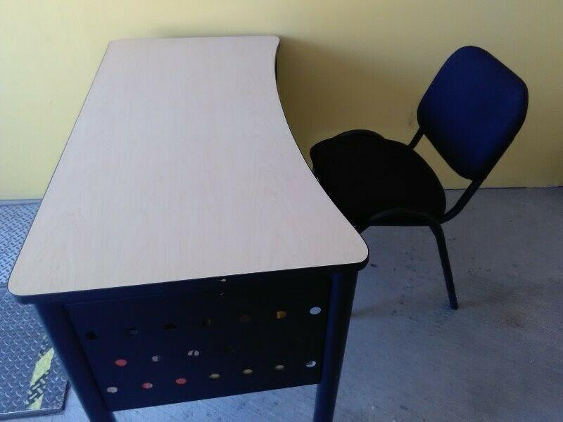 Vendo escritorio con silla profesor