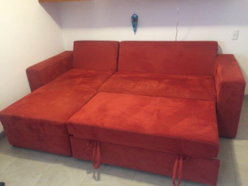 Sala en escuadra/cama queen size, en muy buenas condiciones.