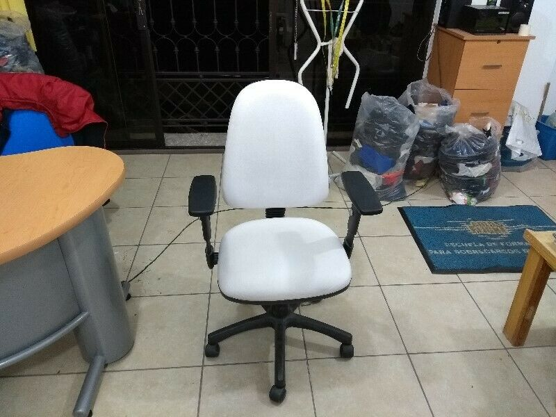 Escritorio secretarial blanco con verde con silla