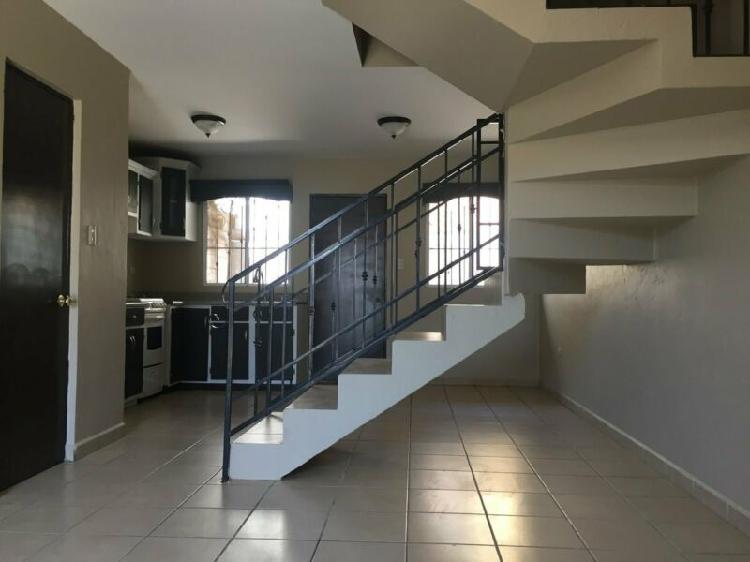 Casa de 2 niveles, patio, 3 recamaras. Praderas de la