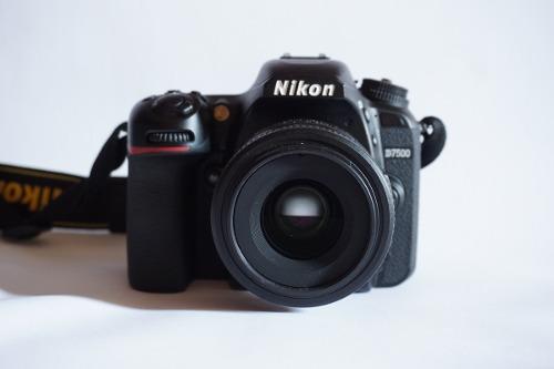 Cámara Nikon D + Lente 35mm 1.8 + Estuche