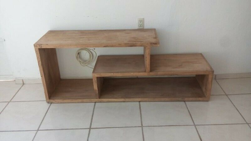 Mueble versátil de madera sin barniz