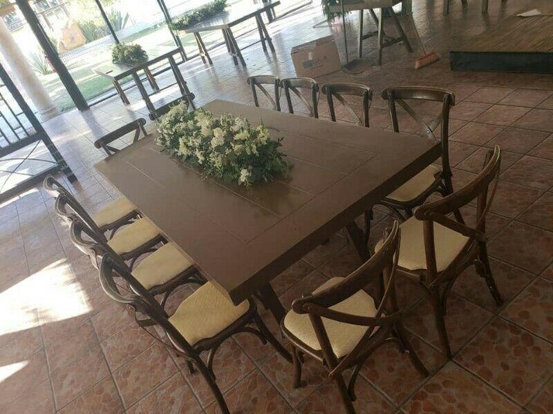Mesas y sillas de madera para fiestas en renta en