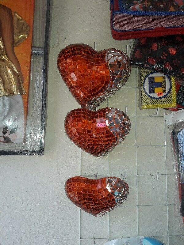 Vendo un hermoso juego de corazones forrados de vidrio y