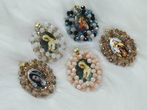 Collar De Medalla Chica 3 Cm Religiosa Con Cristales.