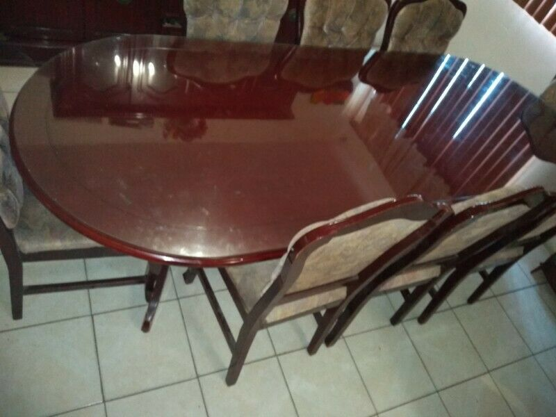 Juego de comedor: mesa con 8 sillas y vitrina color caoba