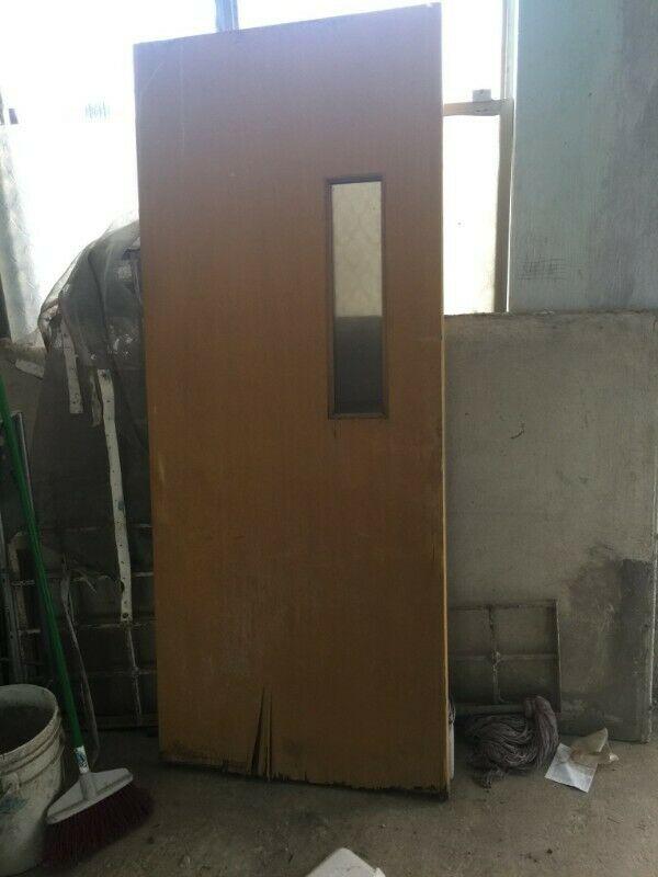 puerta de madera usada era del area entre cocina y comedor,