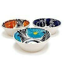 Platos de barro. vasos de cristal y jarron
