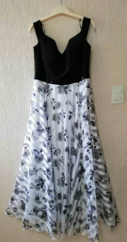 Vestido largo talla 34. Top negro, falda blanca con flores,