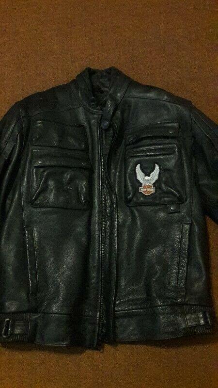 Chamarra de piel motociclista con emblemas de Harley