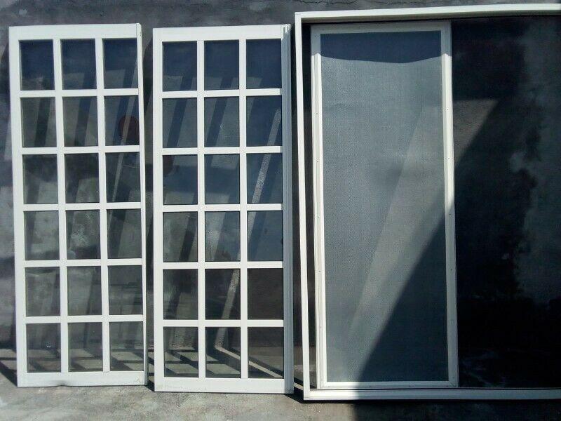 Puerta corrediza exterior de aluminio y vidrio