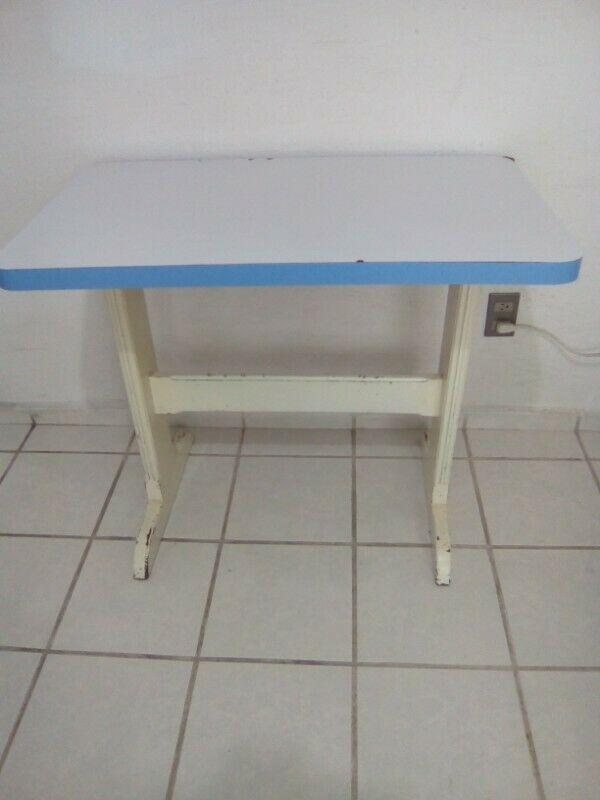 Mesa de madera color blanco