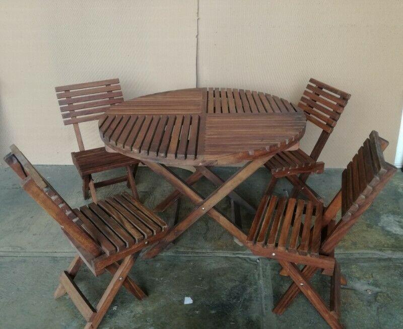 Mesa de madera con juego de 4 sillas