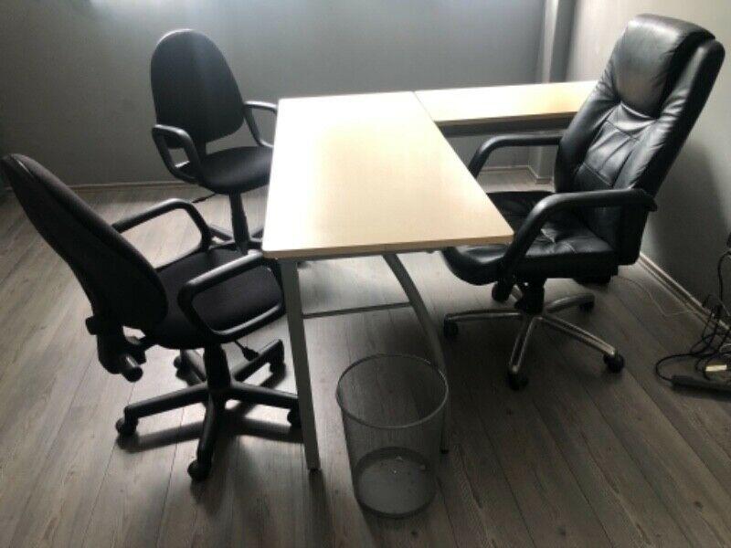 Cómodo y elegante juego de oficina con escritorio, sillón