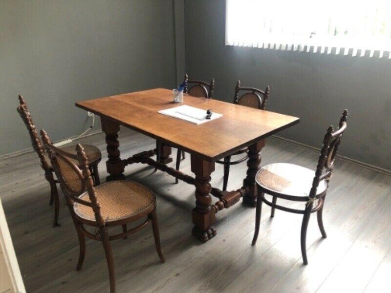 Comedor de madera tallada con 6 sillas de mimbre y madera