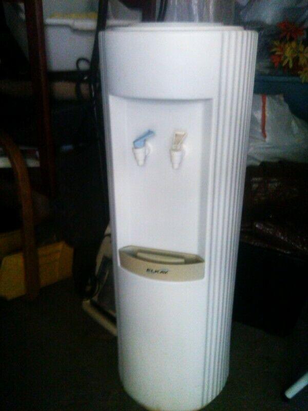Dispensador y enfriador de agua para el hogar