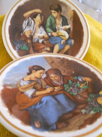 DOS PLATOS DE CERÁMICA ALEMANES, pintados a mano