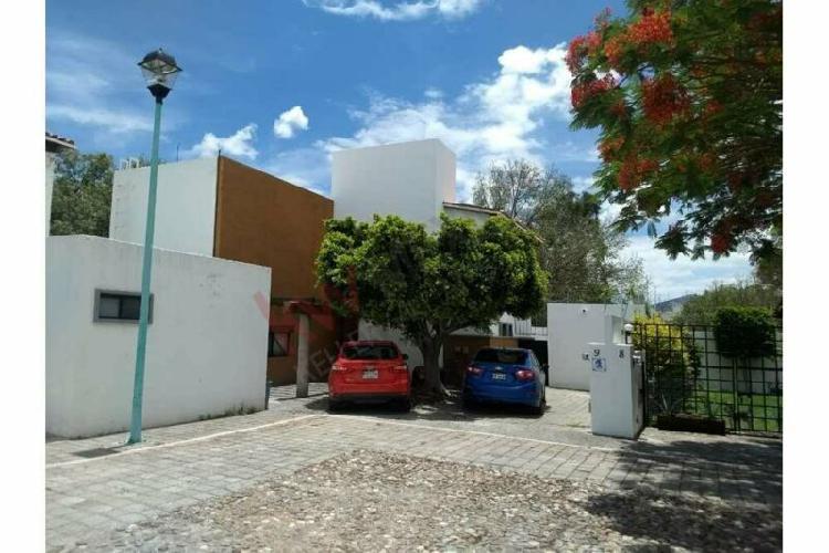 Casa en renta con 4 recamaras y amplio jardín en privada,