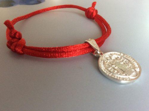 Pulsera Roja Gruesa Resistente Protección Con Medalla San