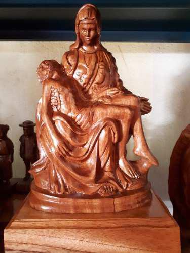 Escultura De La Piedad Tallada En Madera De Cedro