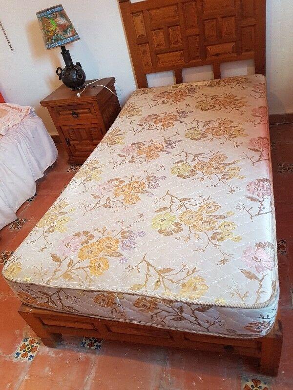 Remato base de cama individual de madera, cabecera y buró.