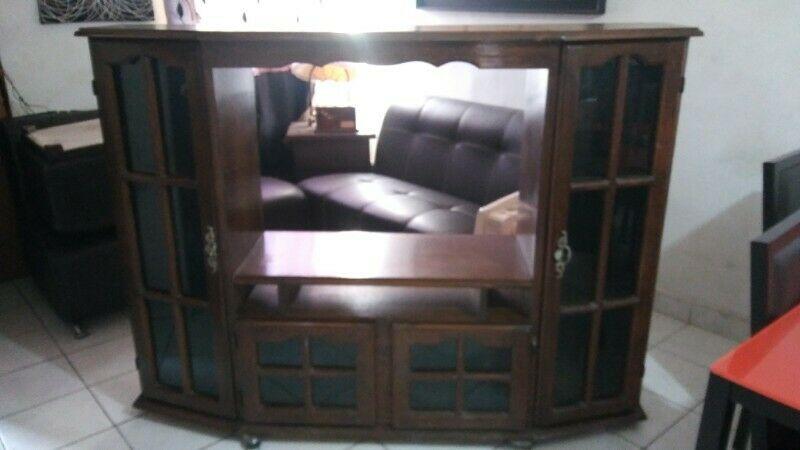 Mueble con vitrina para TV de madera