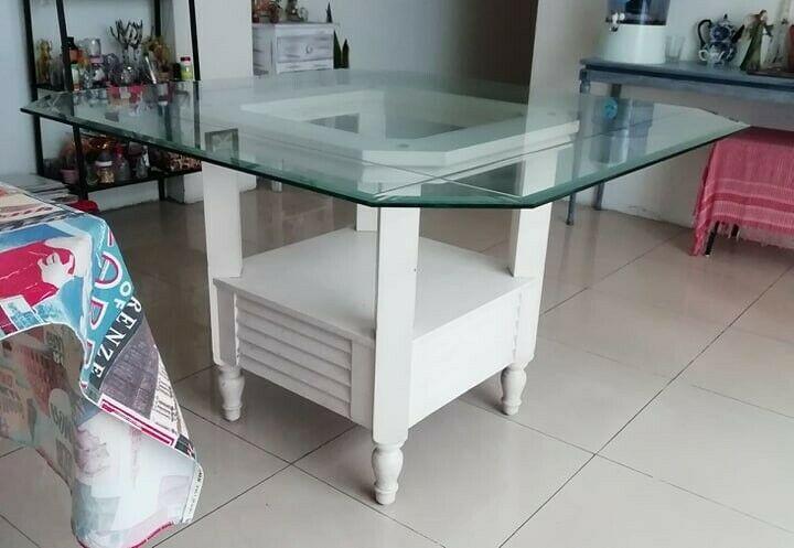 Se vende mesa cuadrada, con base madera y cubierta de vidrio