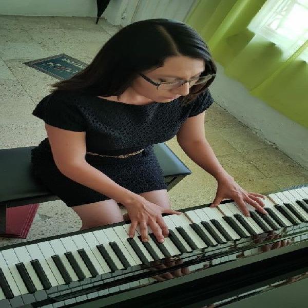 Clases de piano, canto, violín, sax y guitarra.
